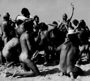 Wybory Miss Natura na Plaży Mieleńskiej, na kolanach przed Miss nagi kwiat reporterów i fotoreporterów (nazwisk nie podajemy aby każdy poznał siebie) - początek lat 90