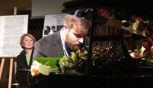 9. przy fortepianie Witold Czerniak grający utwór Ignacego Jana Paderewskiego, w głębi Helena Kwiatkowska