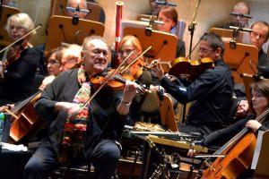 2. na pierwszym planie na skrzypcach gra Michał Urbaniak