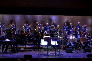 """7. Michał Wróblewski z zespołem """"Radiostatic"""", na drugim planie orkiestra symfoniczna filharmonii szczecińskiej"""