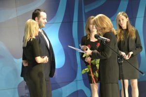 wręczenie nagrody Debiut Roku 2015 Natalii Cistowskiej i Oskarowi Masternak przez Annę Kolmer