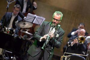 muzyk orkiestry gra partie solową na klarnecie