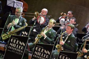 Glenn Miller Orchestra podczas wykonywania utworu muzycznego