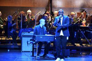 Michał Wróblewski przy pianie Fendera oraz wokalista Andre Washington