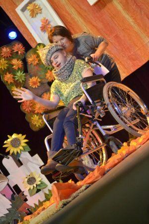 dziewczyna siedzi na wózku inwalidzkim i prezentuje modę zimową