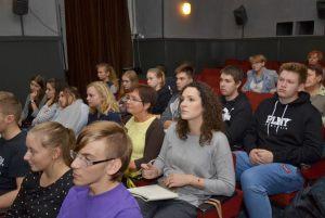 młodzież i nauczyciele słuchają wykładu