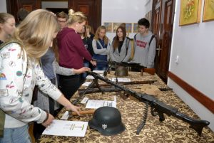 uczniowie oglądają broń strzelecką używaną podczas walk o Wał Pomorski