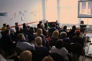 publiczność w sali kominkowej INKU na spotkaniu z Tomaszem Lazar