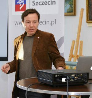 dr Krzysztof Flasiński podczas prelekcji