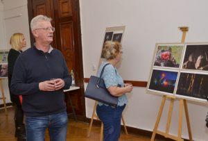 goście oglądają zdjęcia Włodzimierza Piątka