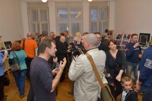 goście oglądają zdjęcia Włodzimierza Piątka (3)