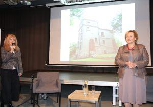 Prowadząca spotkania Anna Kolmer (po lewej) z Ewą Stanecką (po prawej)