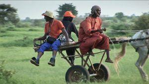 Zielona Afryka - mieszkańcy jadą do pracy