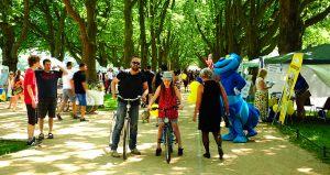 """""""Spotkania pod Platanami"""" to dobra okazja na rodzinny spacer czy przejażdżkę na rowerze, fot. Marek Czasnojć"""