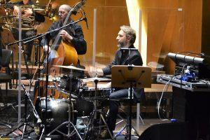na zdjęciu Troy Miller muzyk grający na perkusji w zespole Michała Urbaniaka
