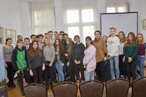 zdjęcie grupowe młodzieży i gości spotkania