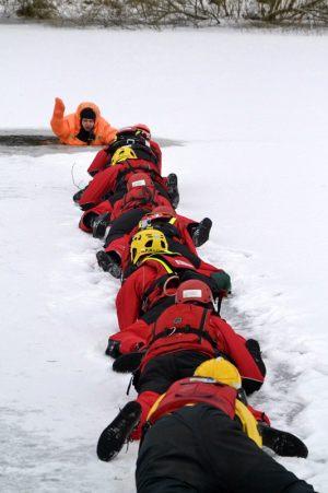 akcja ratunkowa podjęcia tonącego z przerębla
