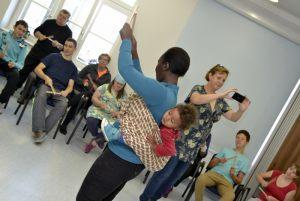 instruktorka tańca afrykańskiego z Gwinei Mari prowadzi zajęcia taneczne