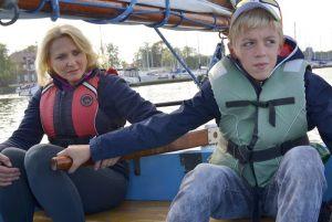 nauczycielka ZSS nr 9 Małgorzata Straszewska z uczniem Kacprem przy sterze jachtu podczas rejsu