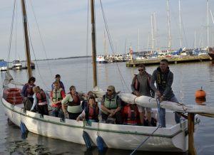uczniowie z Niemiec na jachcie wychodzą w rejs